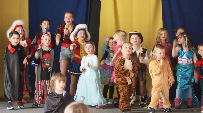 Gemeinsames Kinderkostümfest